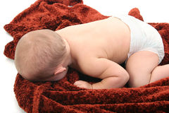 Bebé en el pañal que pone en la manta Imagen de archivo libre de regalías