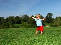Bebé en el prado Foto de archivo libre de regalías