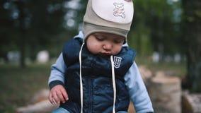 Bebé en el primer del parque almacen de metraje de vídeo