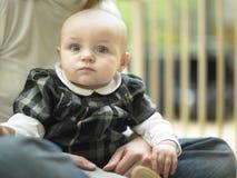Bebé en el regazo de la madre Fotos de archivo