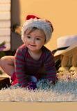 Bebé en el sombrero de Papá Noel con pequeños regalos Fotografía de archivo