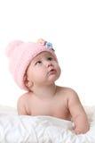 Bebé en el sombrero rosado que mira para arriba Fotografía de archivo libre de regalías