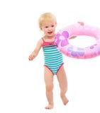Bebé en el traje de baño que juega con el anillo inflable Imagen de archivo libre de regalías