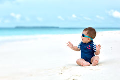 Bebé en el traje de baño que tiene vacaciones Imagen de archivo libre de regalías
