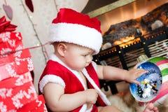 Bebé en el traje de santa Foto de archivo libre de regalías