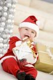 Bebé en el traje de Santa en la Navidad Fotos de archivo libres de regalías