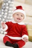 Bebé en el traje de Santa en la Navidad Foto de archivo libre de regalías