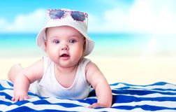 Bebé en fondo vacío del espacio de la playa fotografía de archivo libre de regalías