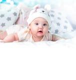 Bebé en fondo vacío del espacio del sombrero del conejo foto de archivo libre de regalías