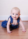 Bebé en guardapolvos Imágenes de archivo libres de regalías