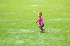 Bebé en hierba Imagenes de archivo