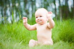 Bebé en hierba Imagen de archivo libre de regalías