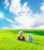 Bebé en hierba Fotos de archivo libres de regalías