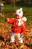 Bebé en hojas de otoño Imágenes de archivo libres de regalías