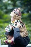 Bebé en hombros de la madre Foto de archivo libre de regalías