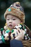 Bebé en hombros de la madre Imagen de archivo libre de regalías