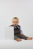 Bebé en juego con la tarjeta blanca imagen de archivo libre de regalías