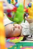 Bebé en jugar la estera Fotos de archivo