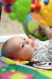 Bebé en jugar la estera Fotografía de archivo libre de regalías