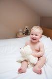 Bebé en la cama Imagenes de archivo