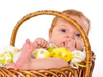 Bebé en la cesta de Pascua Foto de archivo libre de regalías