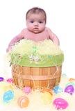 Bebé en la cesta de Pascua Fotografía de archivo libre de regalías