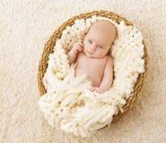 Bebé en la cesta, manta de mentira del niño recién nacido, un mes de recién nacido Foto de archivo
