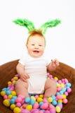 Bebé en la cesta para Pascua fotografía de archivo