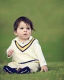 Bebé en la colina verde Foto de archivo libre de regalías