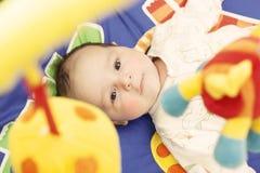 Bebé en la estera de la actividad fotografía de archivo libre de regalías