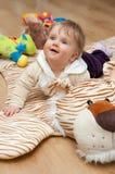 Bebé en la estera del tigre foto de archivo libre de regalías