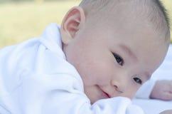 Bebé en la hierba Imagen de archivo