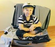 Bebé en la maleta del viaje Fotografía de archivo libre de regalías