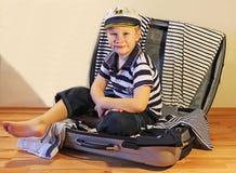 Bebé en la maleta del viaje Fotos de archivo libres de regalías