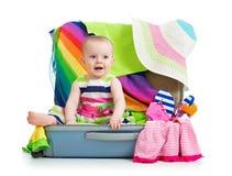 Bebé en la maleta para el viaje de las vacaciones imágenes de archivo libres de regalías