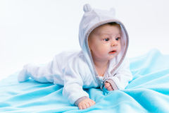 Bebé en la manta azul Fotos de archivo libres de regalías
