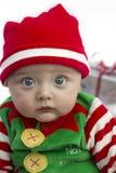 Bebé en la Navidad con el presente fotografía de archivo libre de regalías