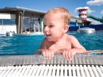 Bebé en la piscina fotografía de archivo libre de regalías