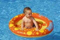 Bebé en la piscina Imagenes de archivo