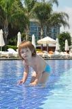 Bebé en la piscina Foto de archivo libre de regalías