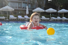 Bebé en la piscina Imagen de archivo