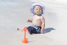 Bebé en la playa Fotos de archivo libres de regalías