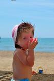 Bebé en la playa foto de archivo libre de regalías