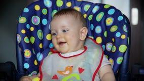 Bebé en la risa del tiempo del almuerzo almacen de metraje de vídeo