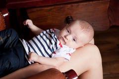 Bebé en la rodilla de la madre Fotos de archivo libres de regalías
