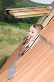 Bebé en la ventana de la azotea Fotografía de archivo