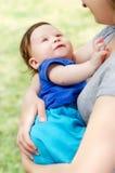 Bebé en las manos de la madre Fotos de archivo