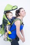 Bebé en mochila Foto de archivo