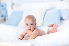 Bebé en pañal en cama Recién nacido en casa Imágenes de archivo libres de regalías