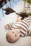 Bebé en pesebre debajo del móvil foto de archivo libre de regalías